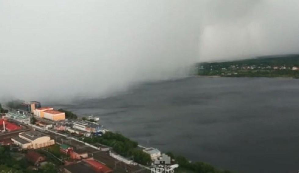 شاهد.. إعصار مرعب يضرب مدينة بيرم الروسية