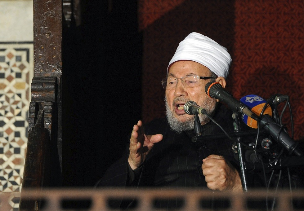 أرشيف - رجل الدين المصري يوسف القرضاوي، في مسجد الأزهر في القاهرة القديمة، 28 ديسمبر 2012