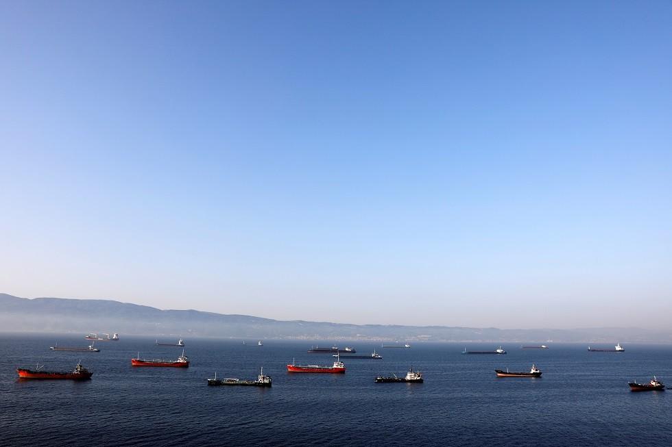 ناقلات نفط تنتظر على الرصيف البحري بالقرب من مصفاة توبراس بالقرب من مدينة إزميت شمال غرب تركيا