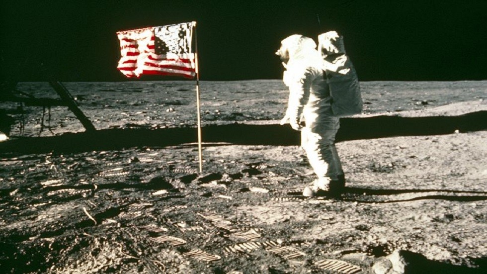 رائد الفضاء، ألدرن، يقف بجانب العلم الأمريكي