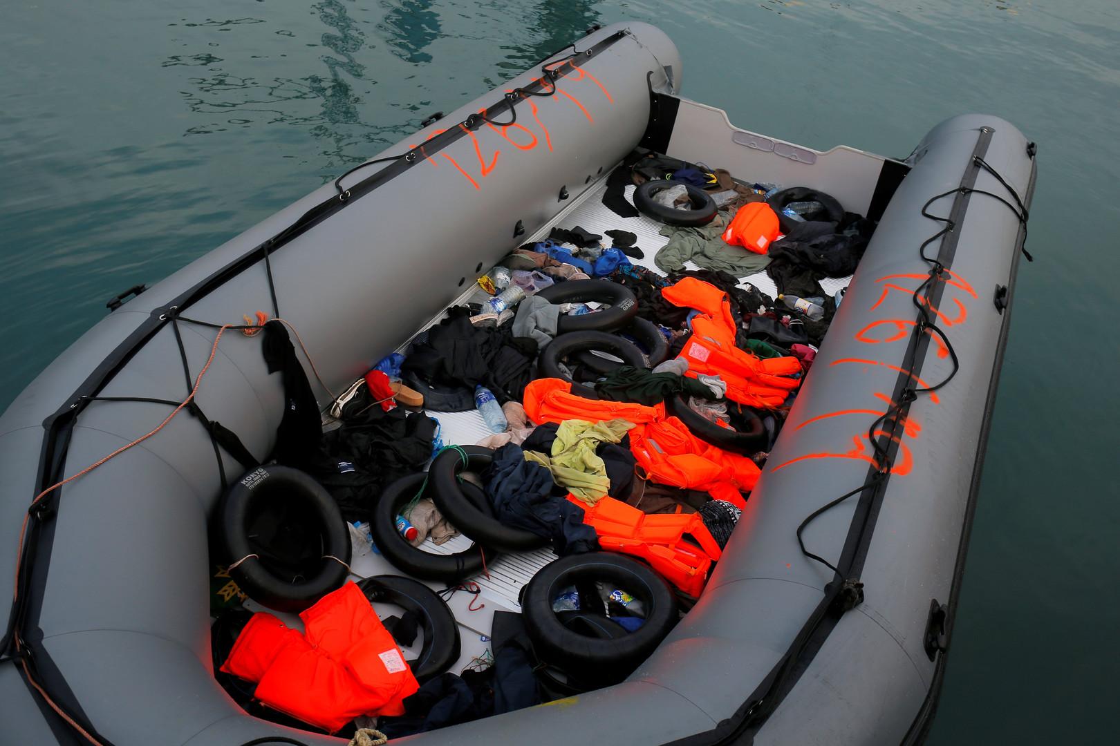 قارب مطاطي في البحر- أرشيف