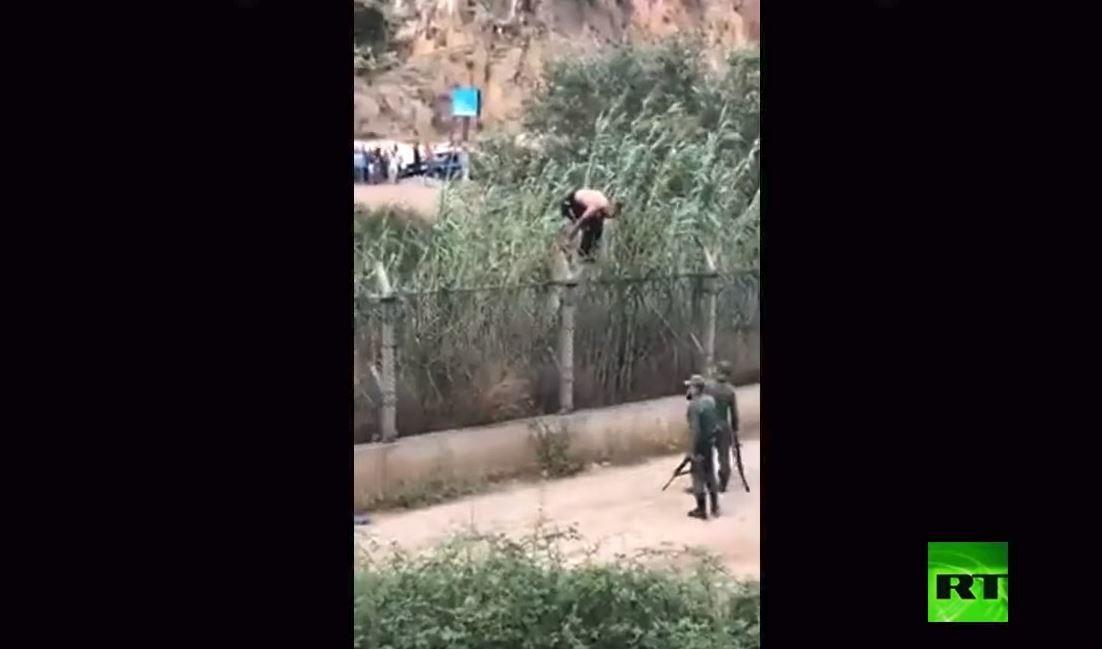 مشجع يخترق الحدود الجزائرية- المغربية المغلقة للاحتفال بفوز