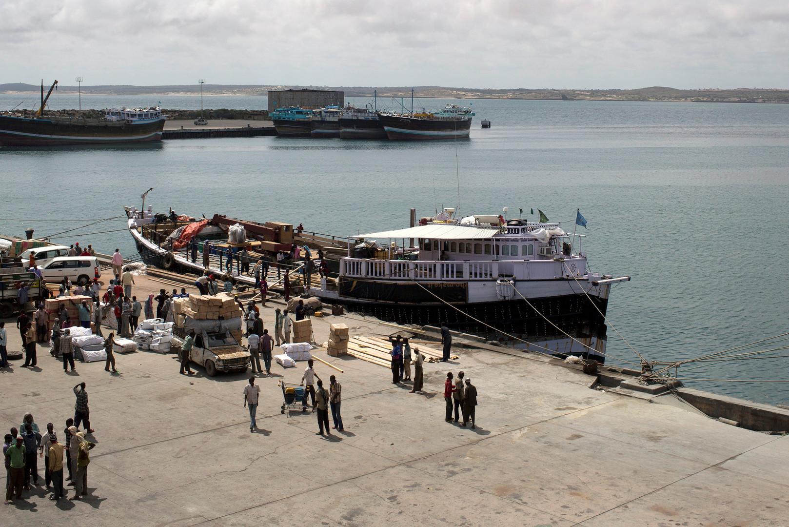 رئيس منطقة صومالية: حصيلة ضحايا الهجوم على فندق في كيسمايو ترتفع إلى 26 قتيلا