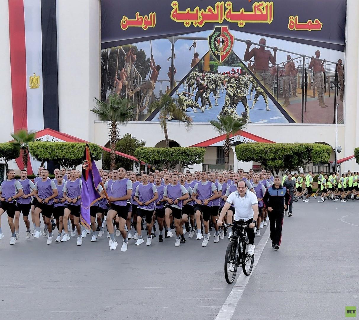 السيسي يشارك طلبة الكلية الحربية نشاطهم الرياضي (صور)