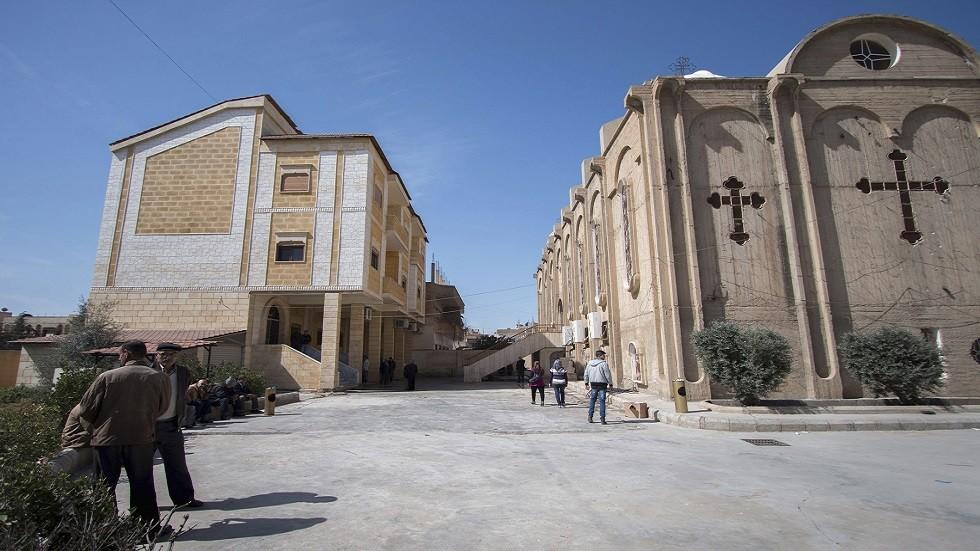 الآشوريون المهجرون الذين فروا من القرى المحيطة بتامر يجلسون خارج الكنيسة الآشورية في مدينة الحسكة - أرشيف -