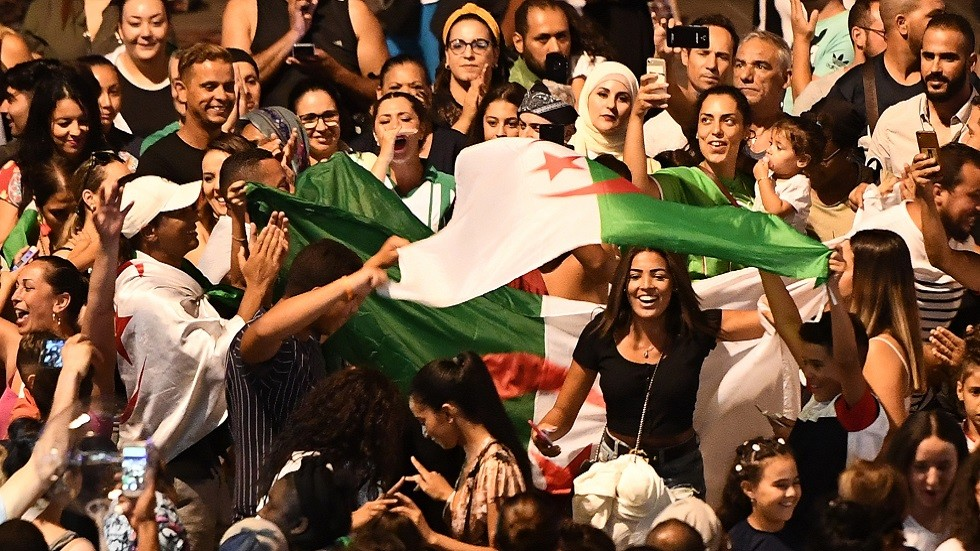 شاهد.. احتفالات عارمة للجزائريين بتأهل