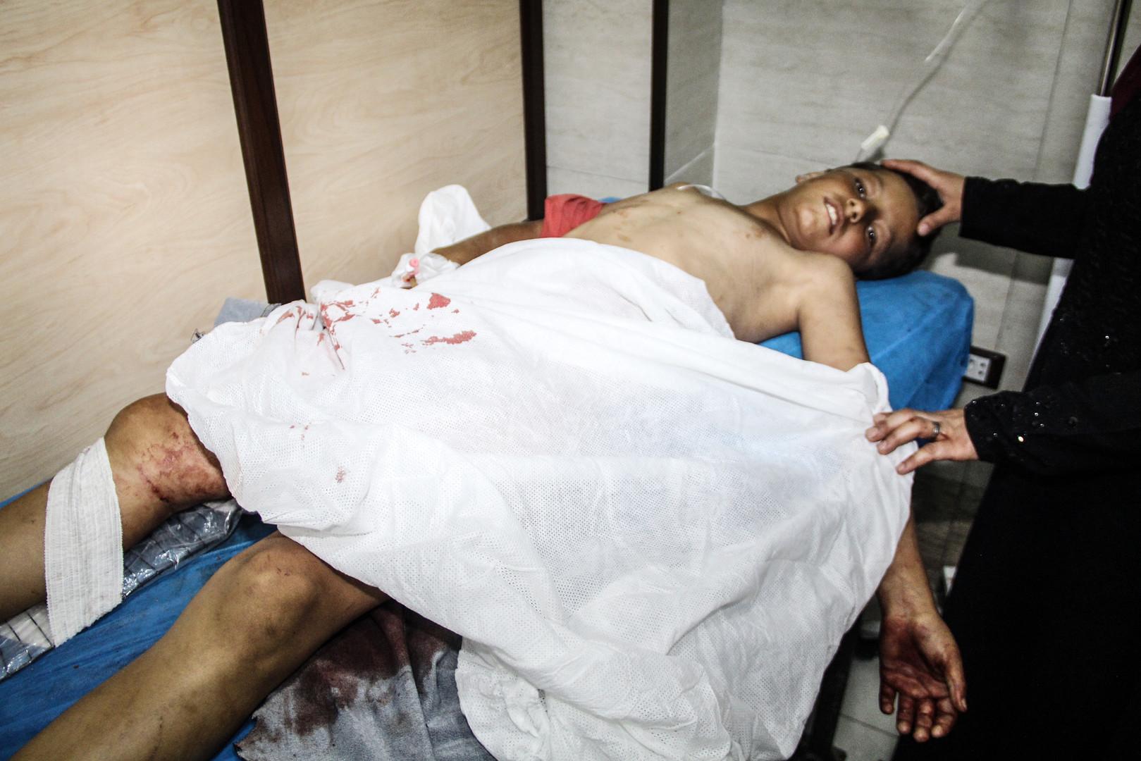 أحد الجرحى جراء قصف أحياء في مدين حلب السورية من قبل المسلحين