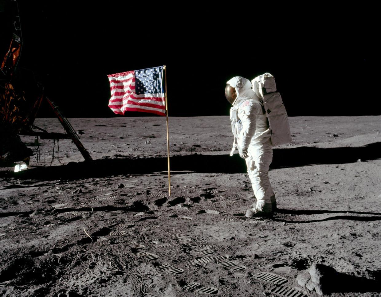 أبرز نظريات المؤامرة حول الهبوط على القمر!