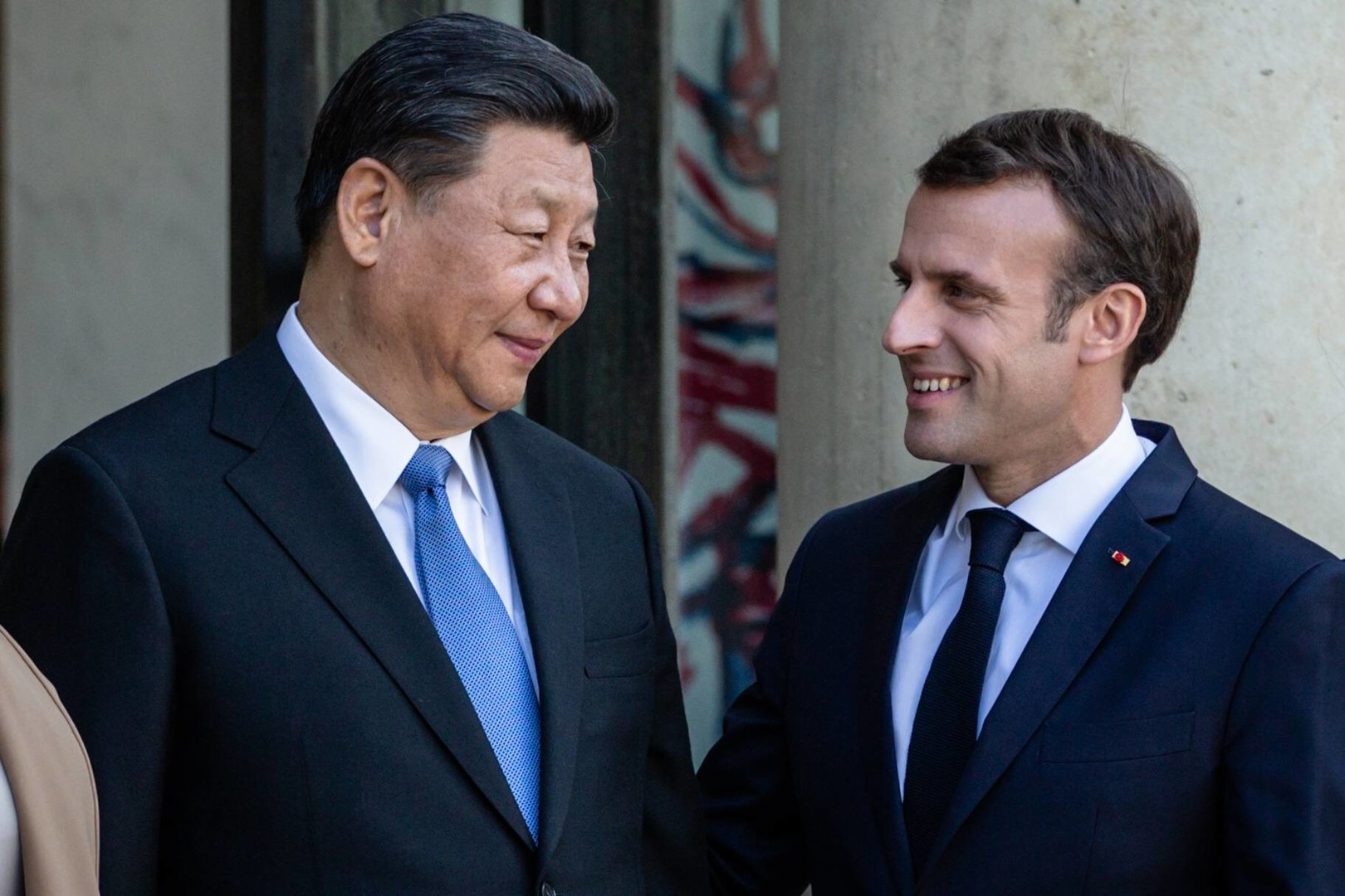 الولايات المتحدة تدفع فرنسا إلى أحضان الصين