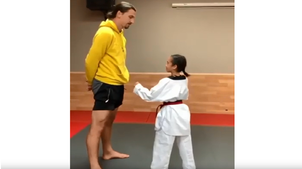 شاهد.. لاعبة تايكواندو صغيرة تنفذ حركة احترافية تطال ذقن إبراهيموفيتش الضخم