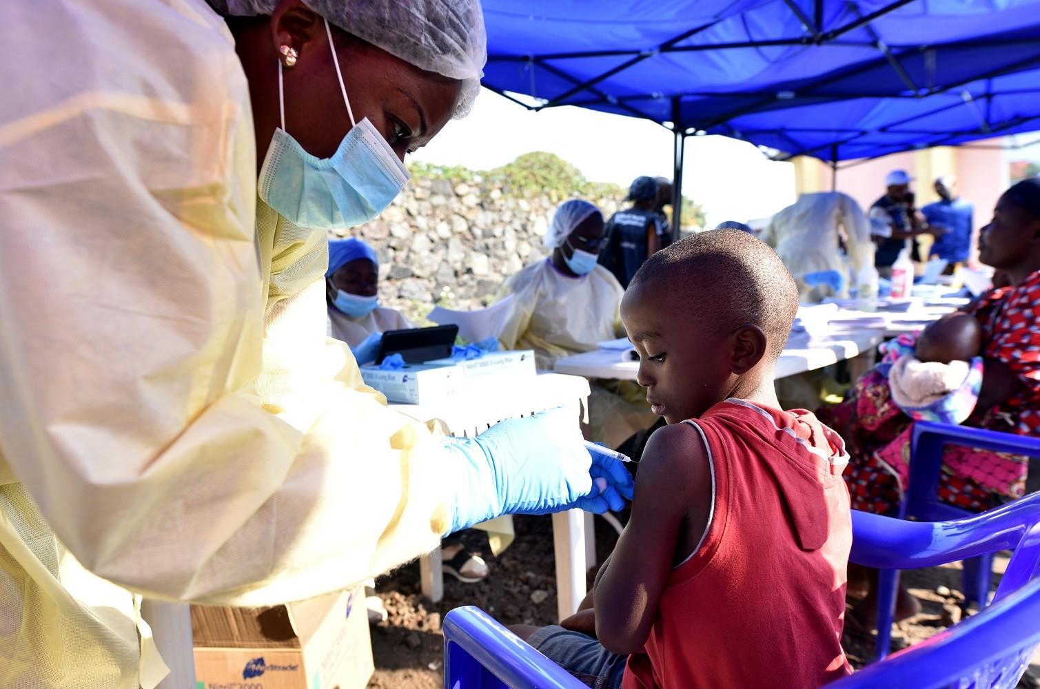 تلقيح طفل وقاية من إصابته بفيروس الإيبولا في الكونغو الديمقراطية