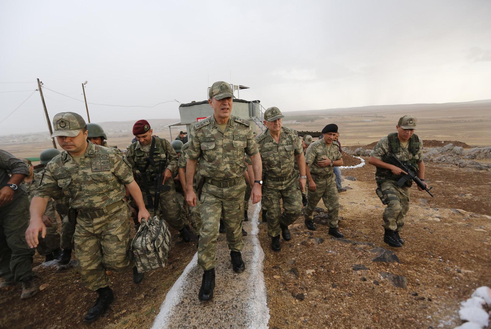 وزير الدفاع التركي يتفقد جيشه عند الحدود السورية