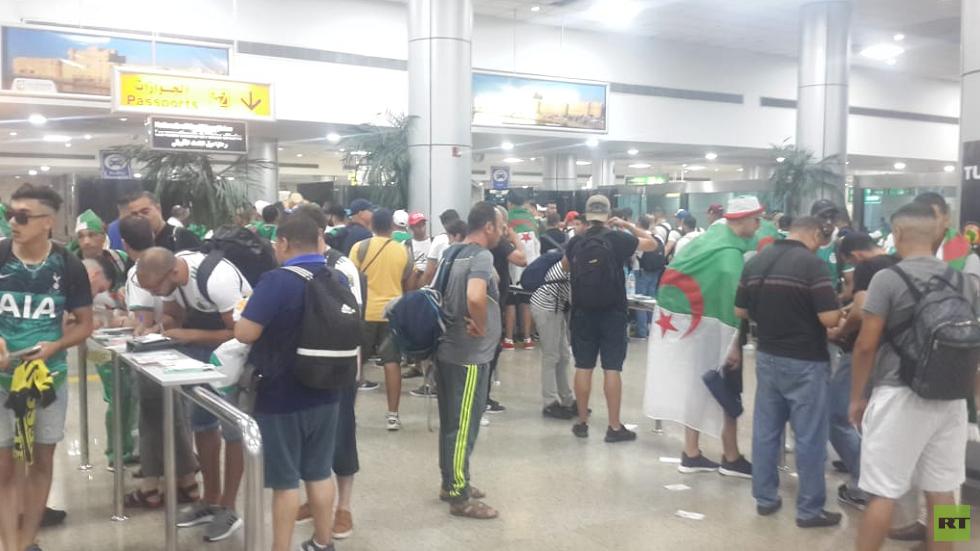 شاهد.. آلاف الجزائريين يصلون مطار القاهرة لمساندة منتخبهم في نهائي إفريقيا