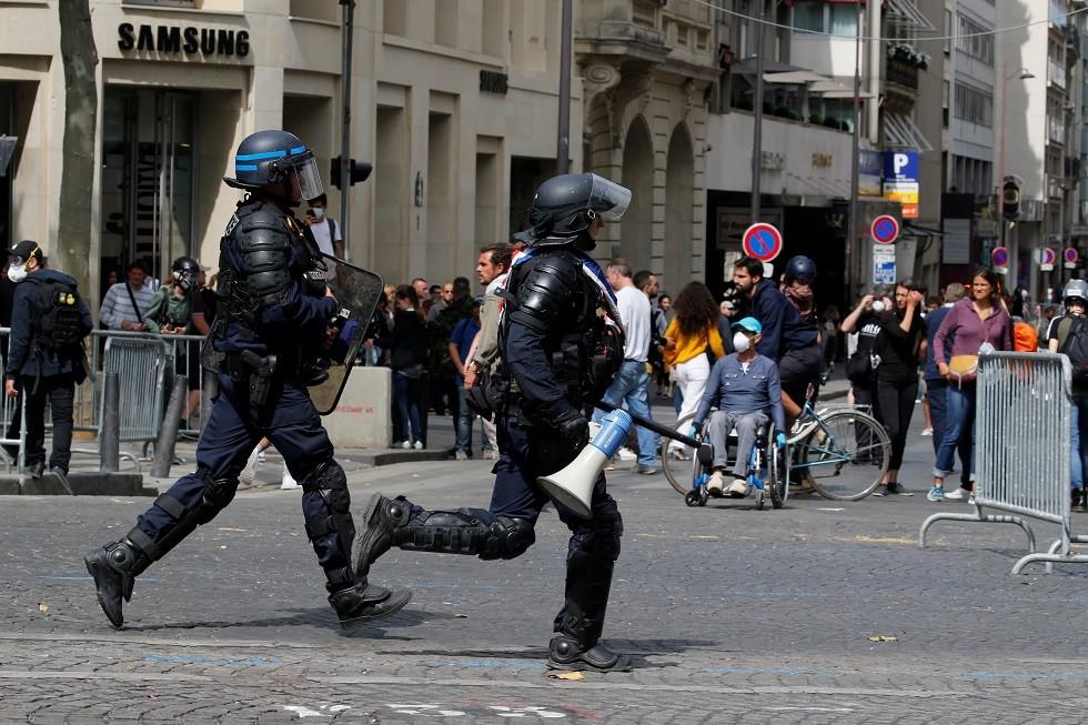شاب بهيئة رونالدو يتحدى الشرطة الفرنسية بموسيقى جزائرية! (فيديو)