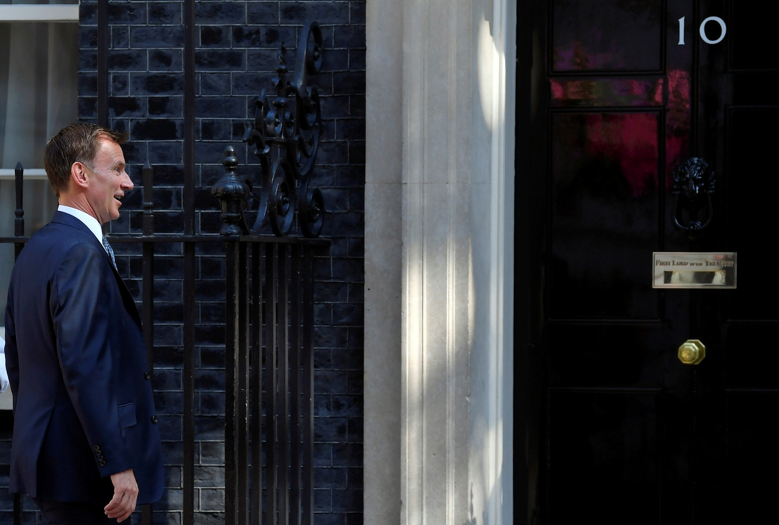 بريطانيا تهيب بسفنها الابتعاد عن هرمز وهانت يحذر