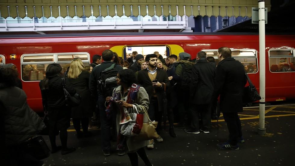 شرطة لندن تبحث عن شخصين بعد هجوم بالغاز داخل قطار في مترو الأنفاق (صور)