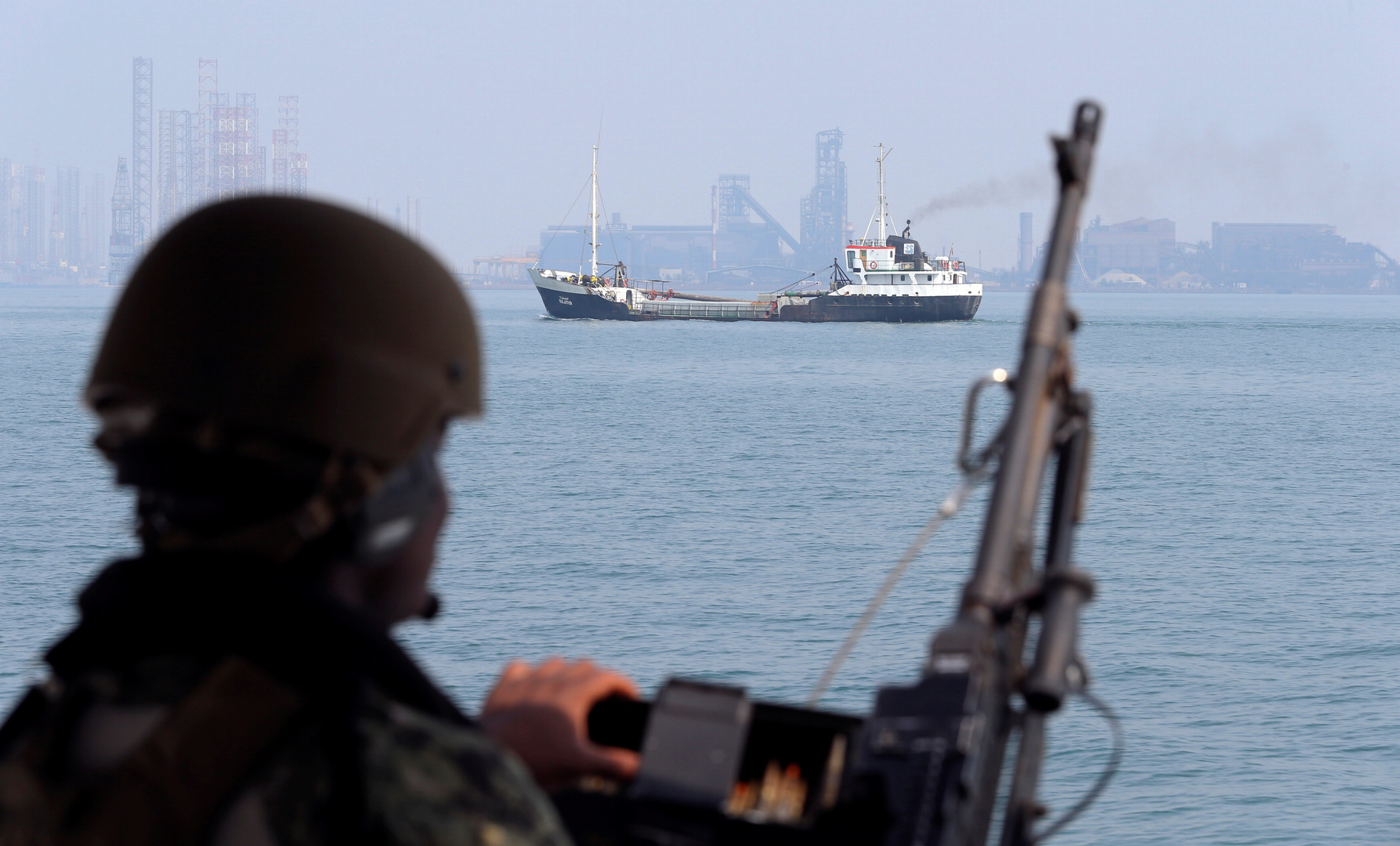 عنصر من البحرية الأمريكية على متن زورق دورية أثناء تدريبات مكافحة الألغام الأمريكية MCMEX في بحر العرب (أرشيف)