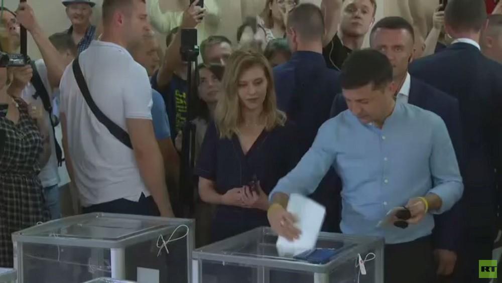 الرئيس الأوكراني فلاديمير زيلينسكي يدلي بصوته