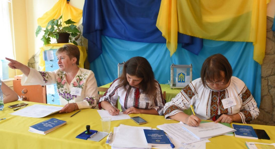انتخابات أوكرانيا.. عجوز تتظاهر بالموت في مركز للاقتراع