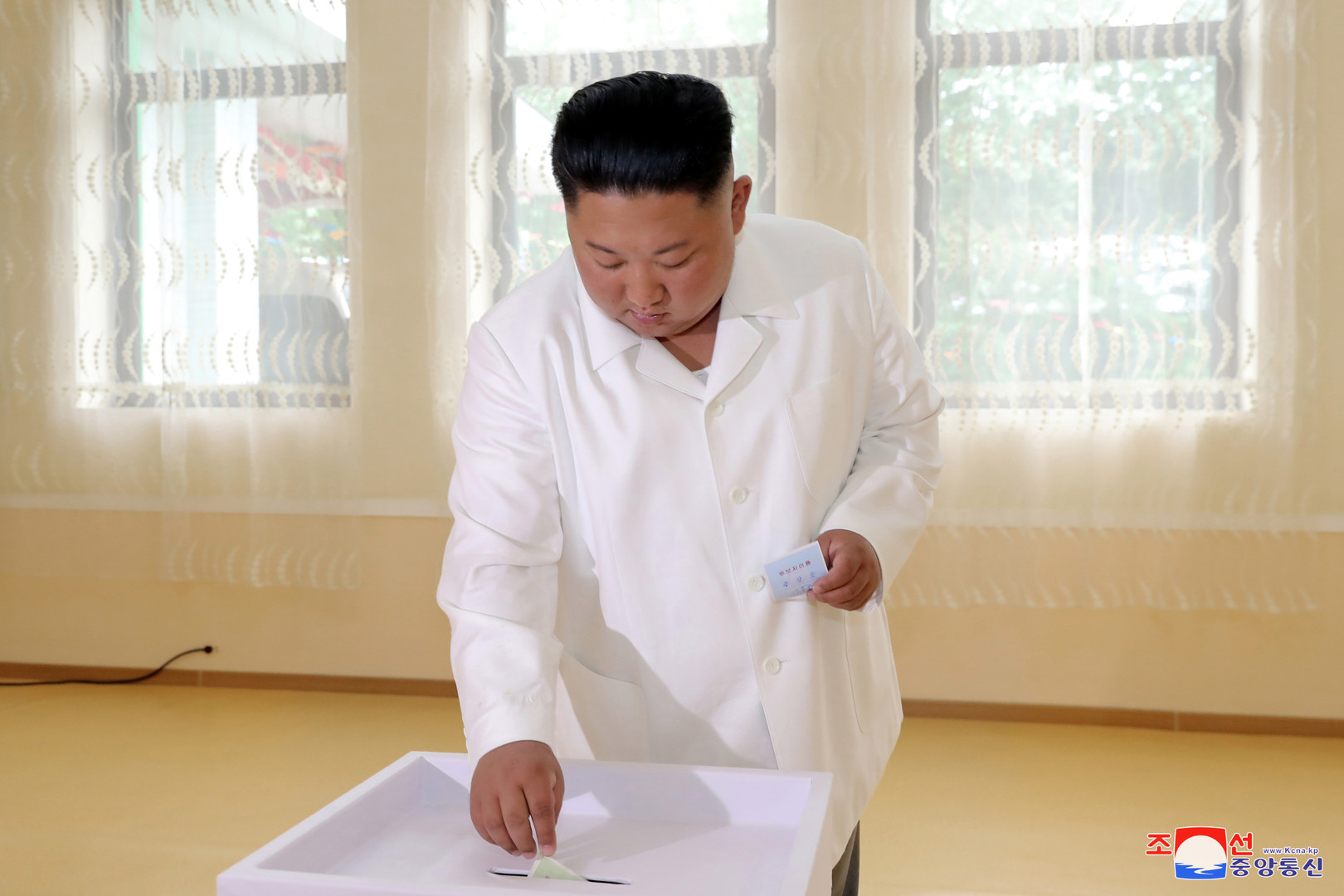 كيم يدلي بصوته في انتخابات المجالس المحلية