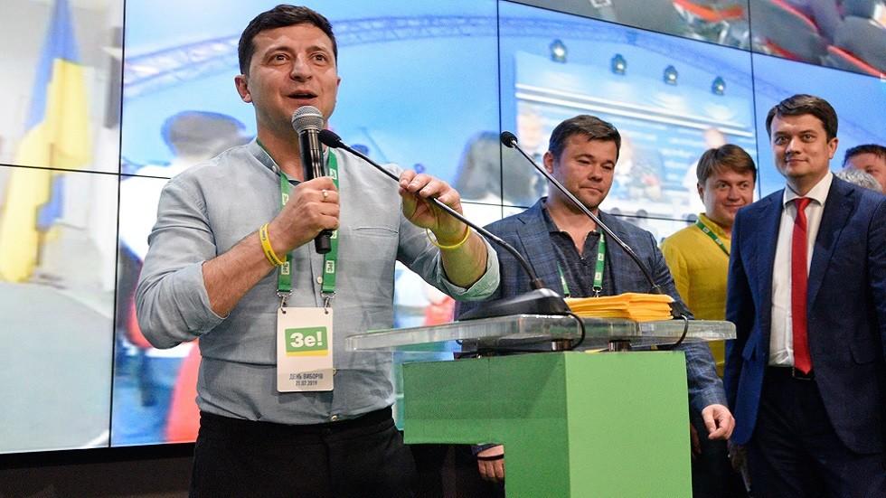 """الرئيس الأوكراني فلاديمير زيلينسي في مقر حزبه """"خادم الشعب"""" الانتخابي لحظة الإعلان عن النتائج الأولية للانتخابات البرلمانية"""