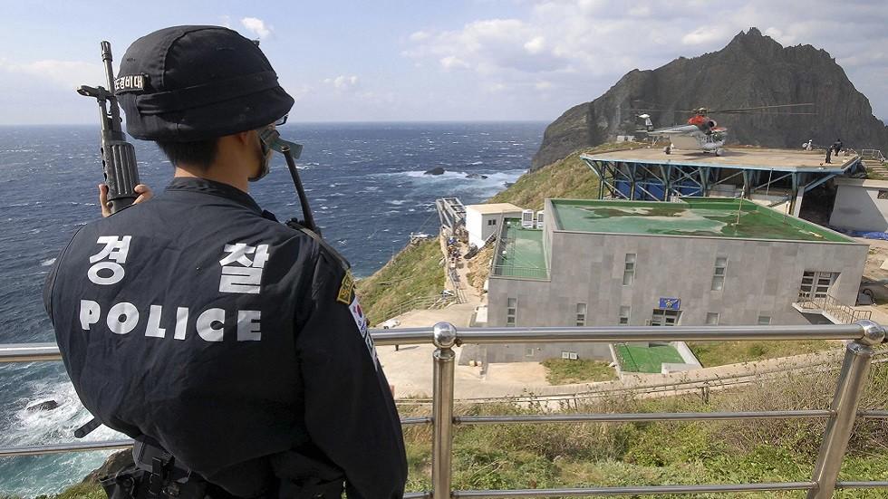 عنصر أمني كوري جنوبي في إحدى جزر أرخبيل دوكدو في بحر اليابان
