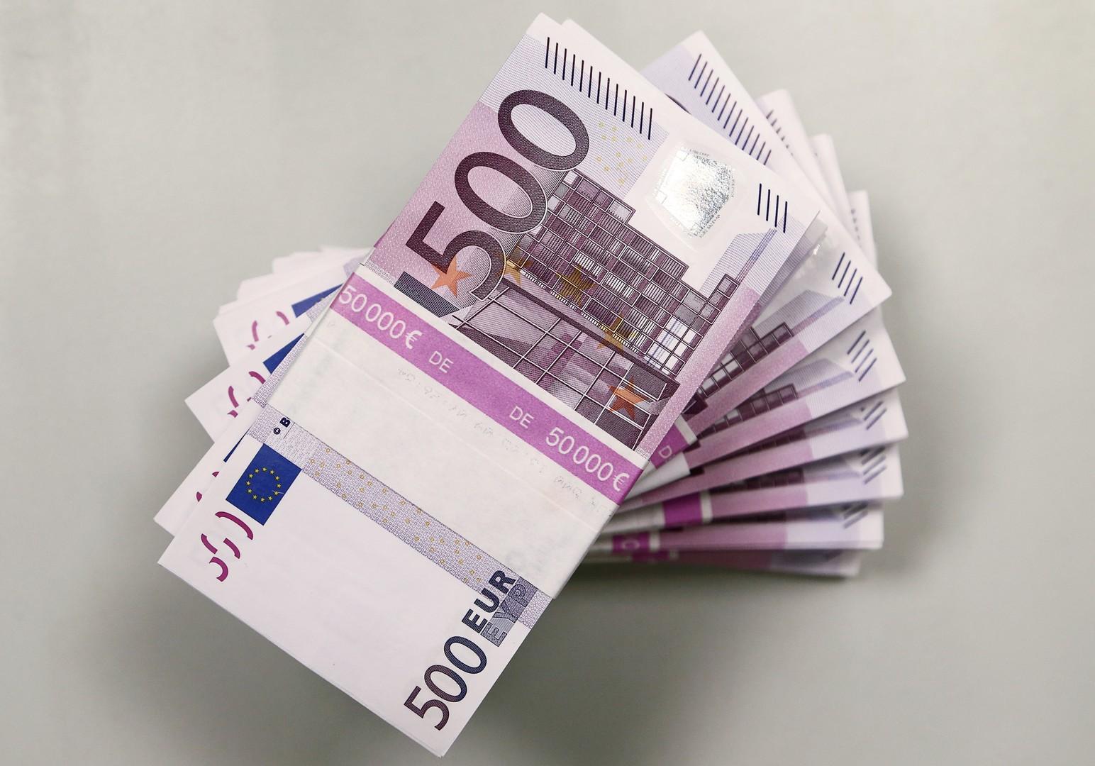 اليورو يهبط أمام الروبل الروسي إلى أدنى مستوى في نحو 14 شهرا