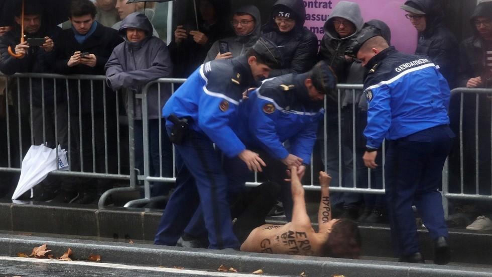 احتجاج ناشطة من فيمن في باريس (أرشيف)