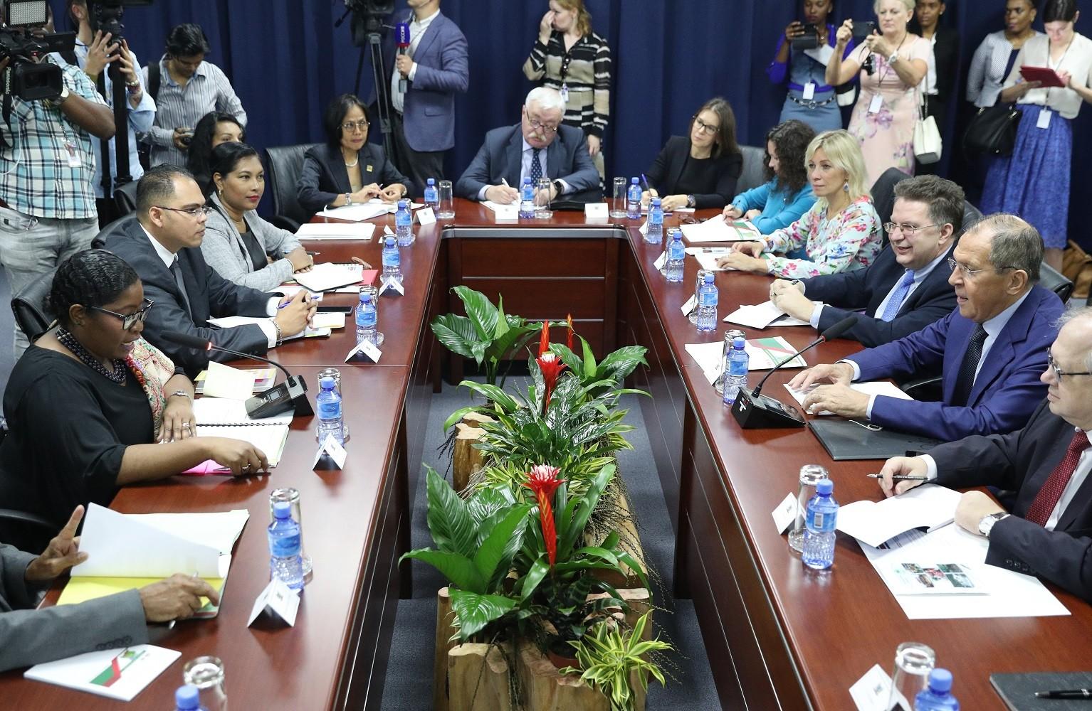 وزير الخارجية الروسي، سيرغي لافروف، أثناء لقاء جمعه مع نظيرته السورينامية، إلديز بولاك-بيغلي