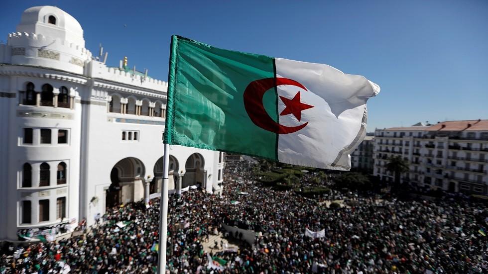 علم الجزائر يرفرف في العاصمة