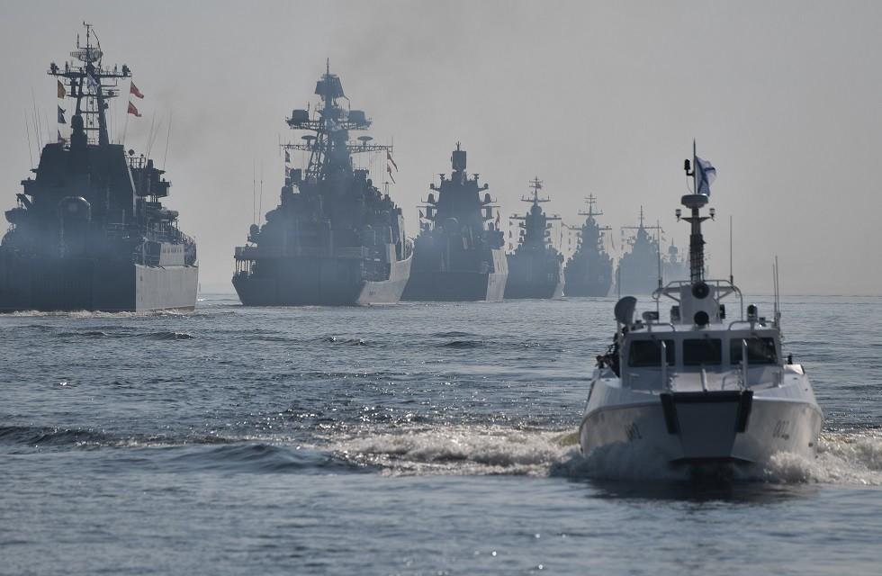 سفن حربية تابعة للبحرية الروسية أثناء استعراض