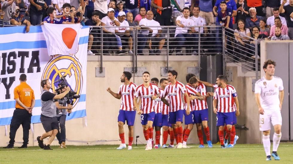 أثناء سباعية أتلتيكو.. برشلوني يغضب جماهير ريال مدريد بتصرف مستفز (فيديو)