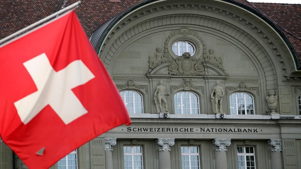 سويسرا تعلق تمويل
