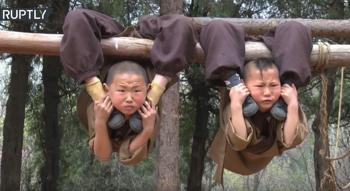 تدريبات شاقة لصغار الرهبان البوذيين