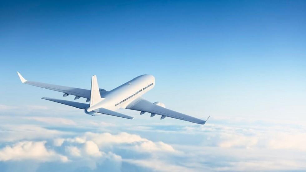 طريقة نوم امرأة في طائرة ركاب تشعل مواقع الإنترنت!