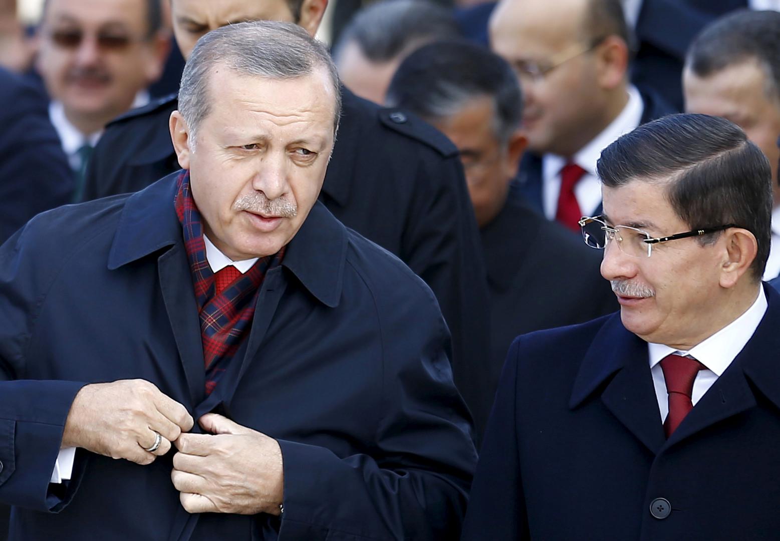 رئيس الوزراء التركي الأسبق، أحمد داوود أوغلو، ورئيس تركيا، رجب طيب أردوغان