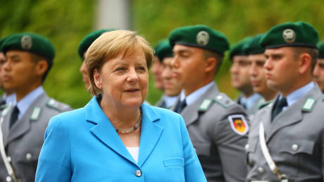 merkel resists her illness in a striking way in front of the cameras