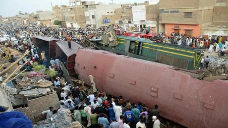 dozens of dead and injured in the collision of two trains in pakistan