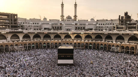 the saudi council of ministers officially decides to lift the ban on the movement of pilgrims in the kingdom
