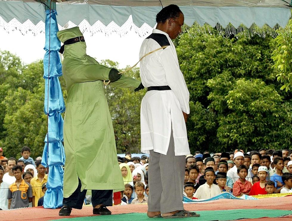 إندونيسيا.. جلد 11 شخصا بينهم بوذي بسبب