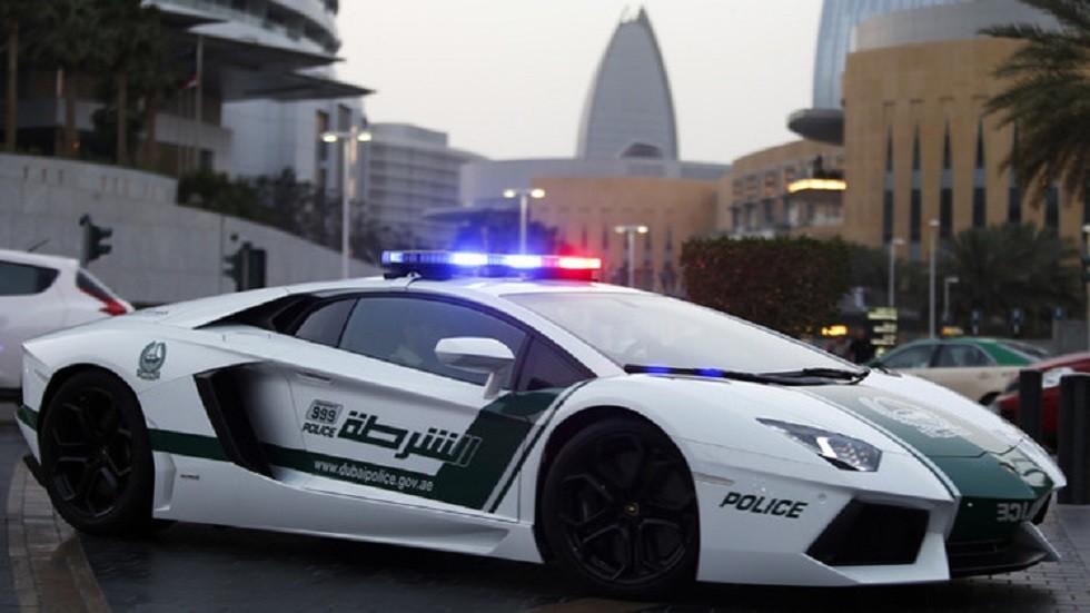 شرطة دبي تعلق على وضع آسيوي شعارها على سيارته