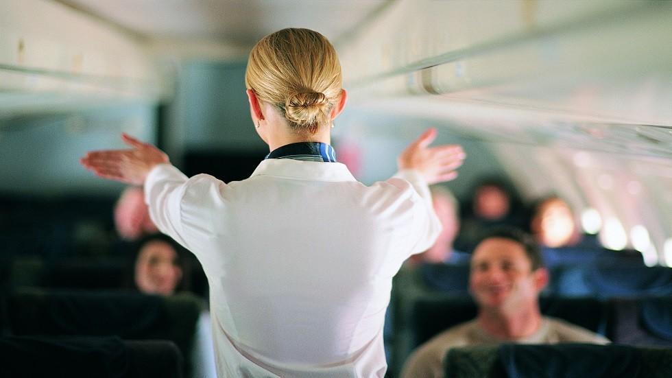 شاهد.. مضيفة طيران تصدم الركاب بتصرف شديد الغرابة!