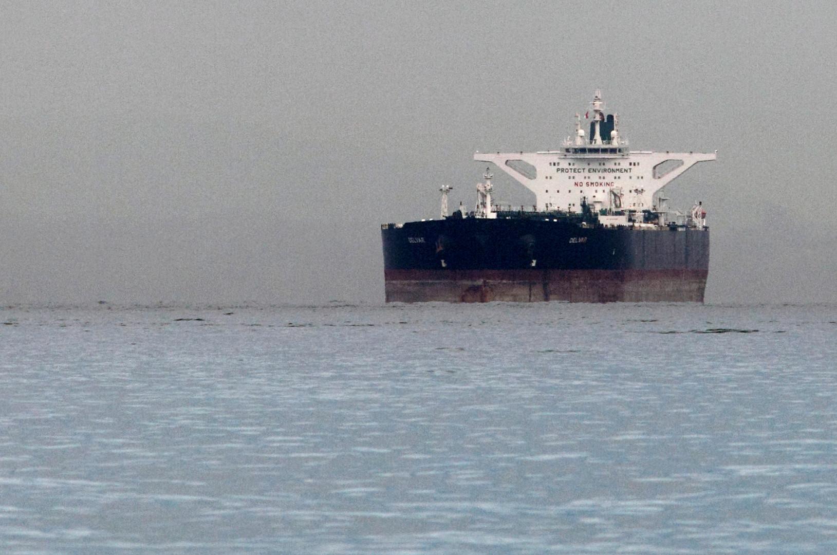 صحيفة أمريكية: 12 ناقلة إيرانية تحمل النفط إلى دول أخرى رغم عقوبات واشنطن