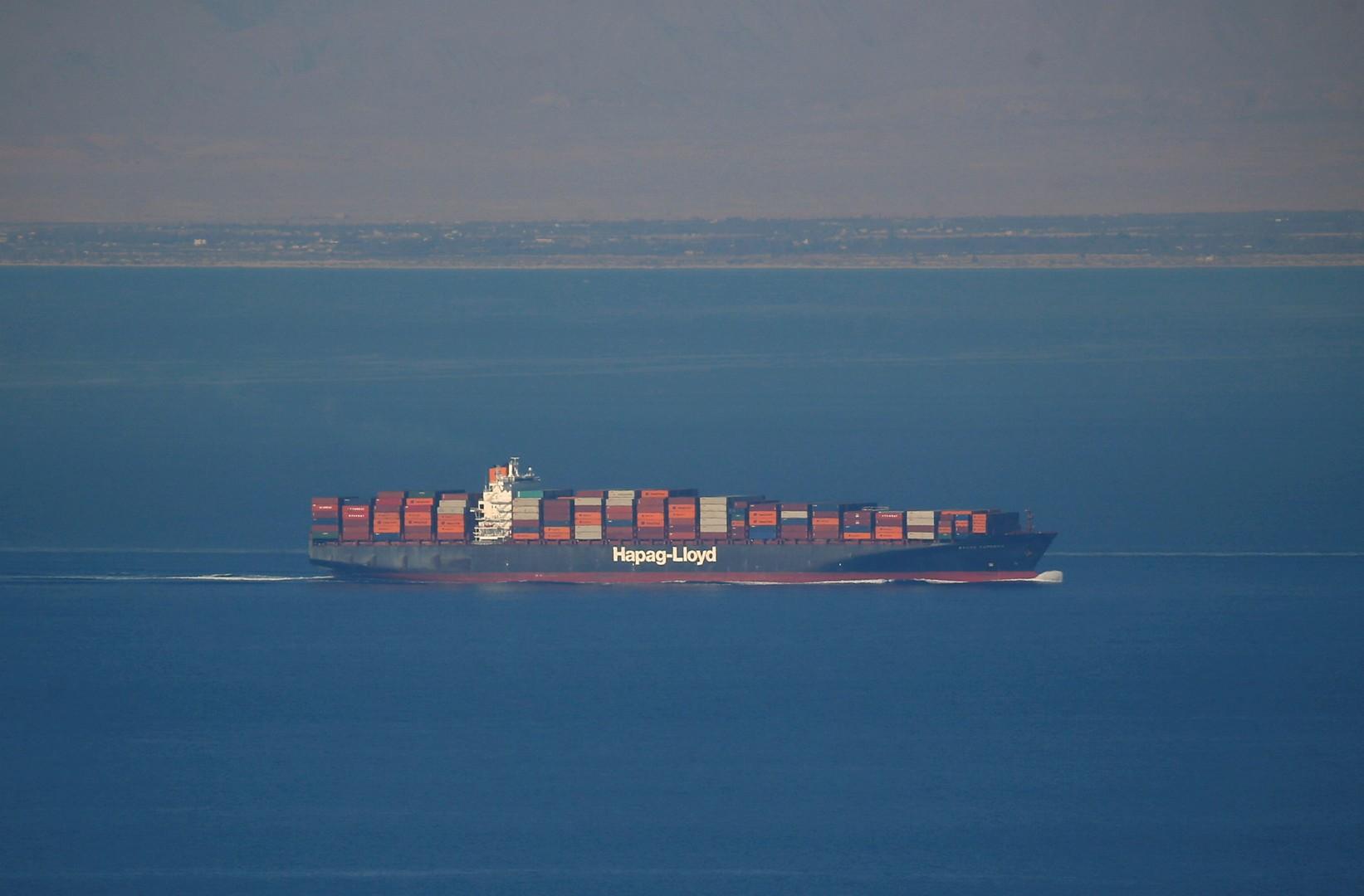 سفينة شحن تعبر قناة السويس