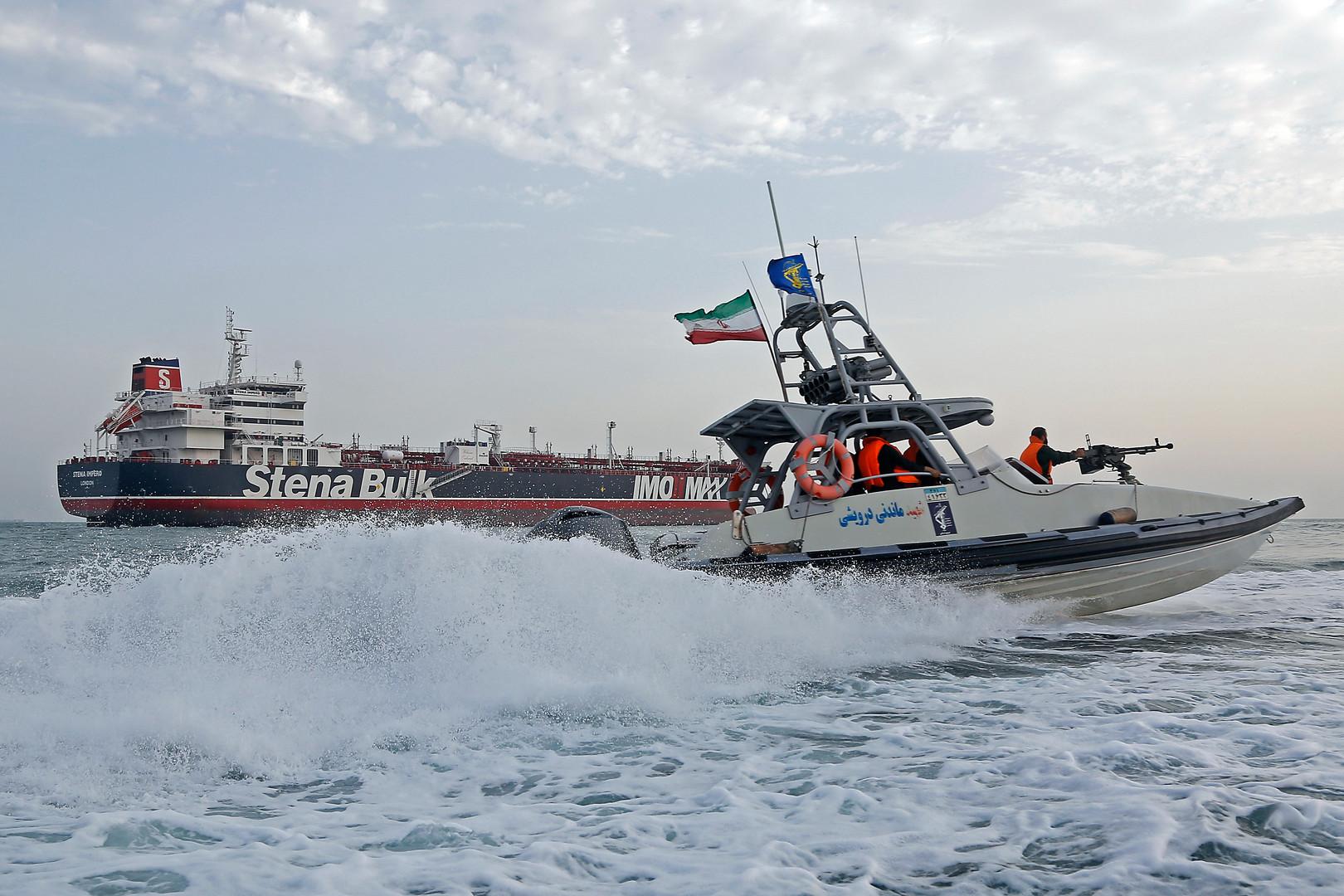قارب تابع للحرس الثوري الإيراني بالقرب من ناقلة النفط البريطانية Stena Impero