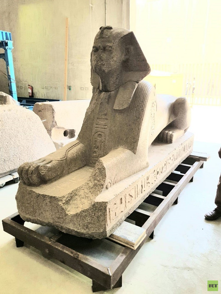 المتحف المصري الكبير يستقبل قطعا أثرية ضخمة (صور)