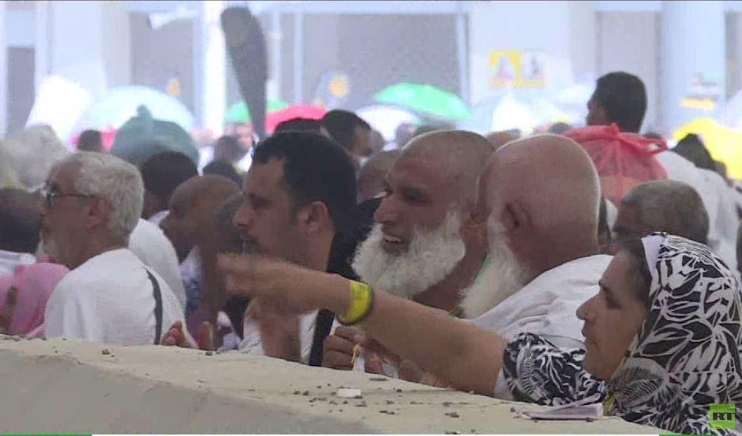 الحجاج يواصلون أداء مناسكهم في مكة