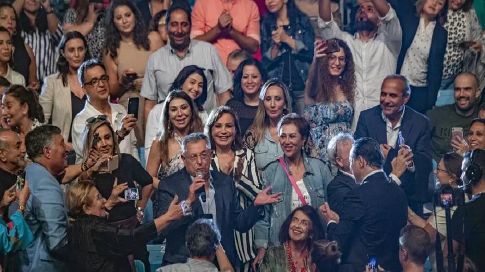 رئيس وزراء لبناني أسبق يفاجئ الجمهور بأداء أغنية
