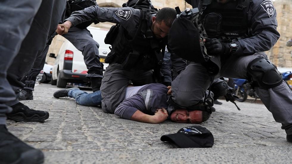 قوات إسرائيلية تعتدي على فلسطيني - أرشيف