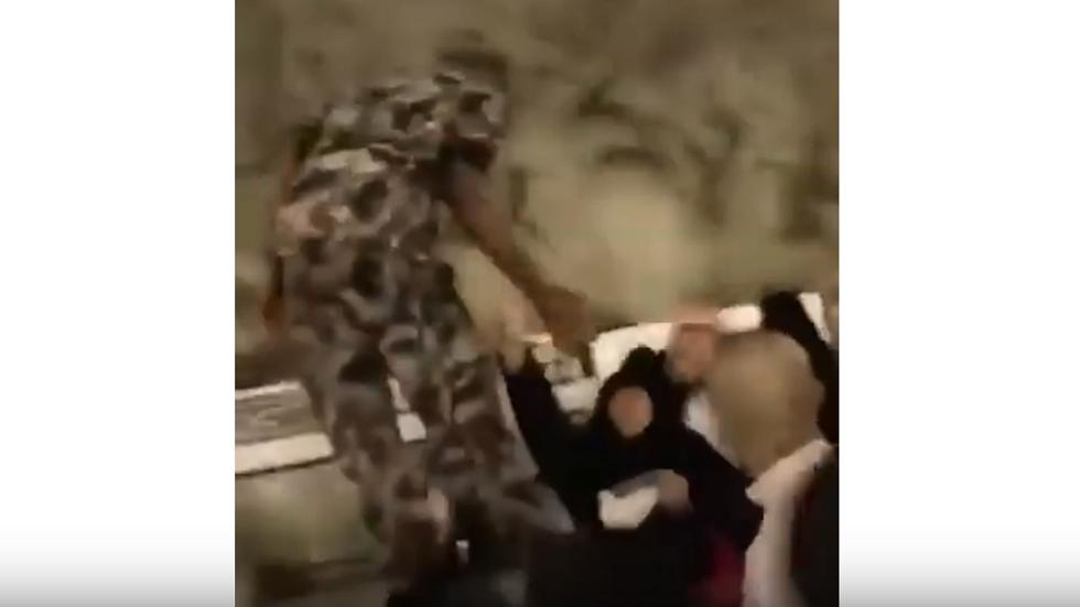رد فعل رجل أمن سعودي بعد محاولة حاجة عربية إهداءه مبلغا ماليا!